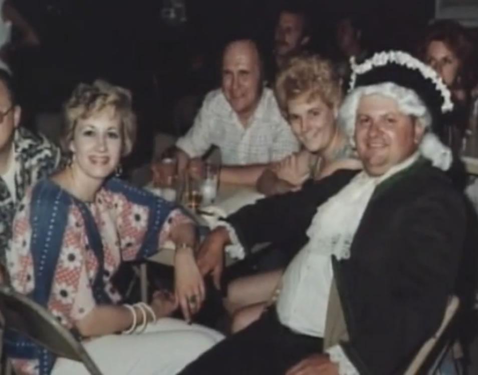 John Wayne Gacy em uma de suas inúmeras festas que promovia para a sociedade de Chicago.