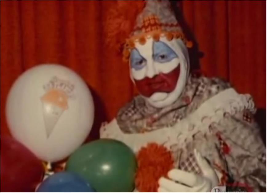 John Wayne Gacy costumava vestir-se de palhaço para divertir crianças em festas infantis e em hospitais.