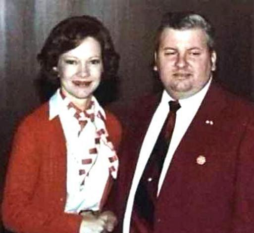 Na Foto: A primeira dama dos Estados Unidos Rosalynn Carter e o serial killer John Wayne Gacy Jr.