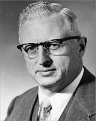 Na Foto: Donald Menzel, astrofísico e crítico acérrimo dos OVNIs. Teve um cargo ultrasecreto e foi conselheiro de vários presidentes.