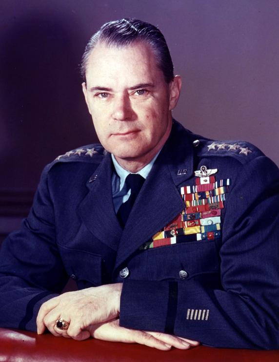 Na Foto: General Hoyt Vandenberg, chefe de Informação Militar durante a Segunda Guerra Mundial e segundo diretor da CIA (1946-1947).
