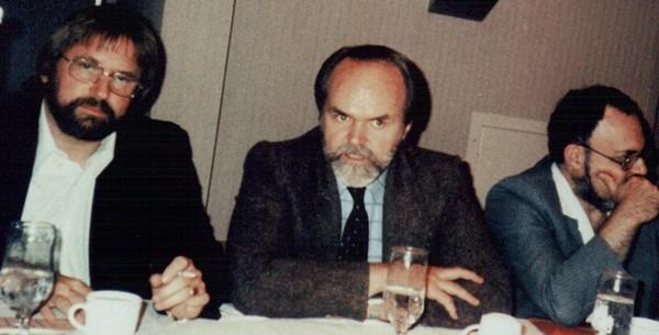 Na foto: Em 1980, durante sua pesquisa para um filme sobre OVNIs, o produtor de cinema Jaime Shandera (ao centro) estabeleceu vários contatos no âmbito militar. É possível que algumas destas pessoas com informação privilegiada tivesse passado para ele os documentos do MJ-12?