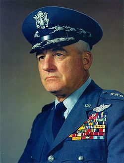 Na Foto: Nathan Twining, chefe do Comando Logístico do Ar e, posteriormente, presidente da Junta de Chefes do Estado Maior, o mais alto cargo militar dos EUA.