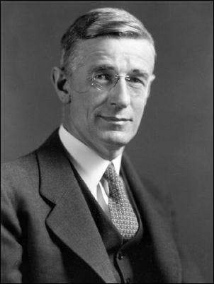 "Na Foto: ""Vannevar Bush, presidente da Junta de Pesquisa e Desenvolvimento (1945-1949). Foi conselheiro do presidente."