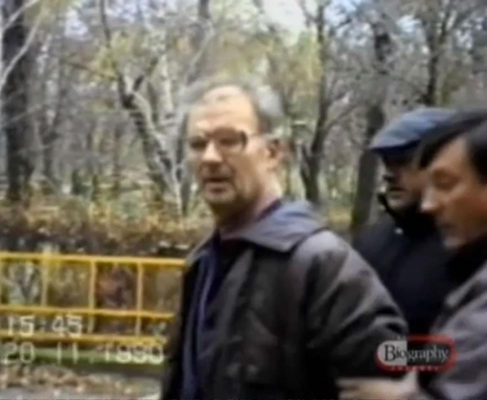 """Na Foto: As 15:45 do dia 20 de Novembro de 1990, Andrei Romanovich Chikatilo, principal suspeito dos assassinatos do """"Estripador da Floresta"""" é preso pela polícia soviética."""