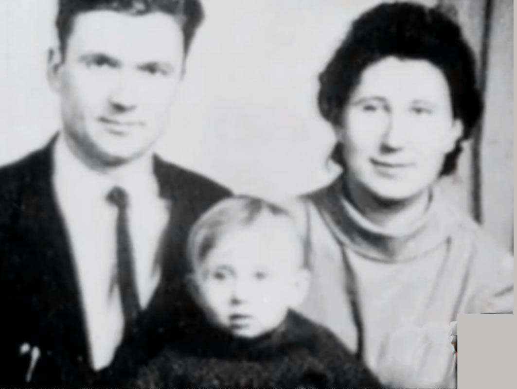 Na Foto: Andrei Chikatilo, sua filha Lyudmila e sua esposa Feodosiya.