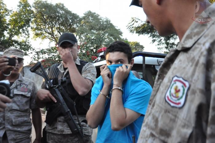 Na Foto: Dyonathan Celestrino tenta esconder o rosto das câmeras.