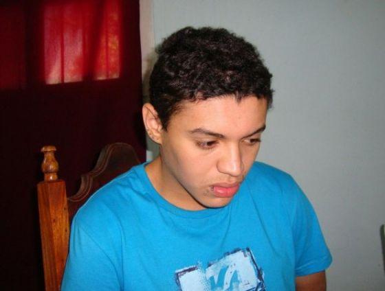 Na Foto: Dyonathan Celestrino é forografado durante entrevista para a rádio paraguaia amambay AM. Créditos: Amambay.com