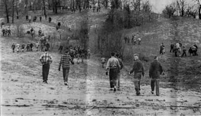 Na Foto: Centenas de moradores fazem buscas na reigão à procura de Georgia.