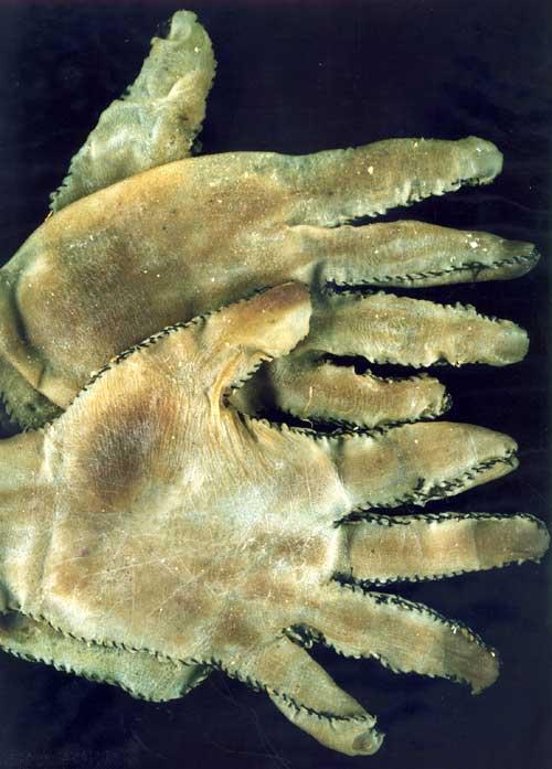 Na Foto: Par de luvas feitos a partir de pele humana confeccionados por Ed Gein. Créditos: Crime Library.