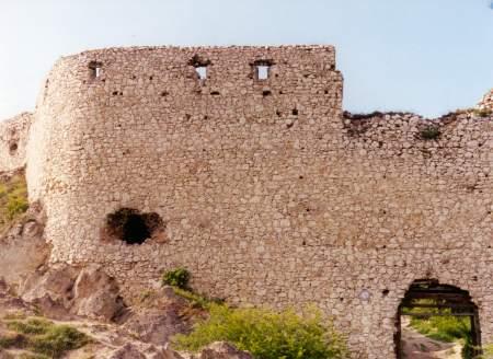 Na foto: A entrada principal do castelo. Fonte: bathory.org