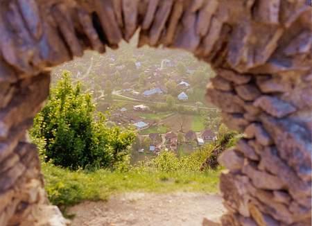 Na foto: Por uma janela do castelo é possível ver a cidade abaixo. Fonte: bathory.org