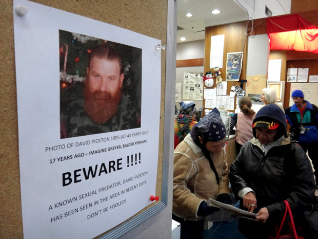 Na foto: Cartaz com a foto de David Pickton, irmão do serial killer Robert Pickton. O cartaz pregado em algum ponto de Downtown Eastside em novembro de 2012, adverte os moradores locais de que David é um agressor sexual. Créditos: National Post.