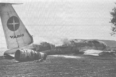 Na Foto O Boeing 707 da Varig Destruído Após o Pouso de Emergência