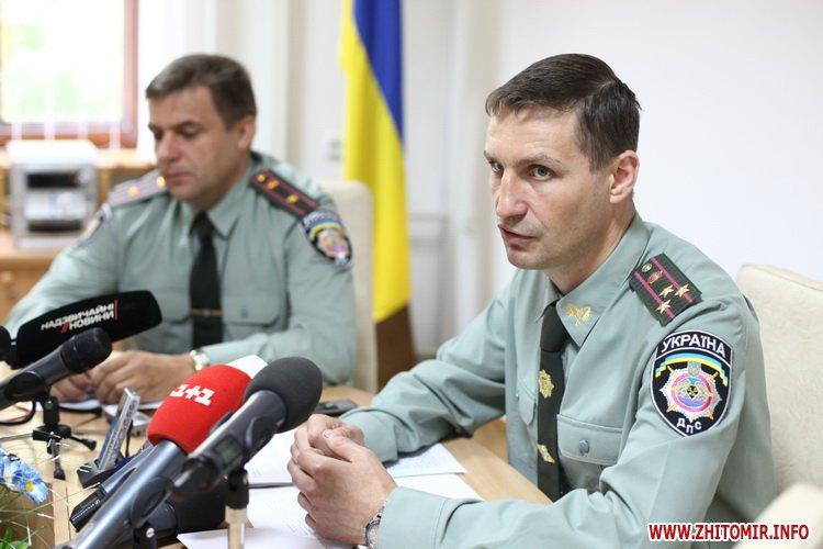 Na foto: O Vice-Diretor Anatoly Bobrynev dá uma entrevista coletiva informando sobre a morte de Onoprienko. Créditos: Zhitomir.info