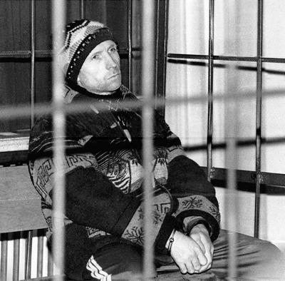 Na Foto: Anatoly Onoprienko. Durante todo julgamento, Onoprienko foi mantido em uma jaula de metal.