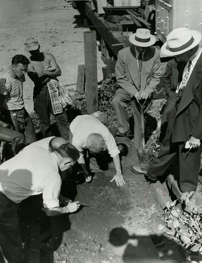 Na foto: O médico-legista Dr. Samuel Gerber e seus assistentes busca por evidência onde uma cabeça foi encontrada. Fonte: