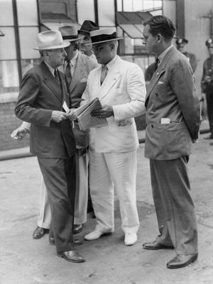 Na foto: Eliot Ness, primeiro à direita, em uma conferência com o General Conelly, Capitão Abele e o Prefeito Harold Burton. Fonte: ohiohistorycentral