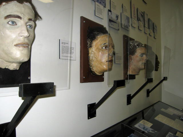 Na foto: Máscaras da morte das vítimas do Assassino do Tronco de Cleveland. Créditos: Elizabeth Misson/WEWS