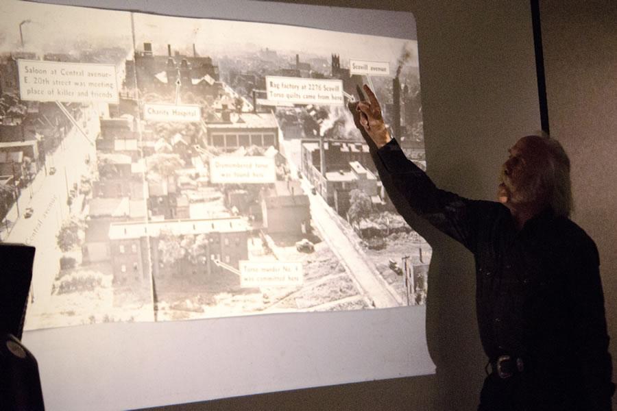 """Na foto: Professor e escritor James Jessen dá uma palestra sobre o caso. James é autor de dois livros sobre o caso: """"In the Wake of the Butcher"""" e """"Though Murder Has No Tongue: The Lost Victim of Cleveland's Mad Butcher"""". Este último, o professor investiga os fatos por trás da conspiração Frank Dolezal. Créditos: Flickr Ksulib."""