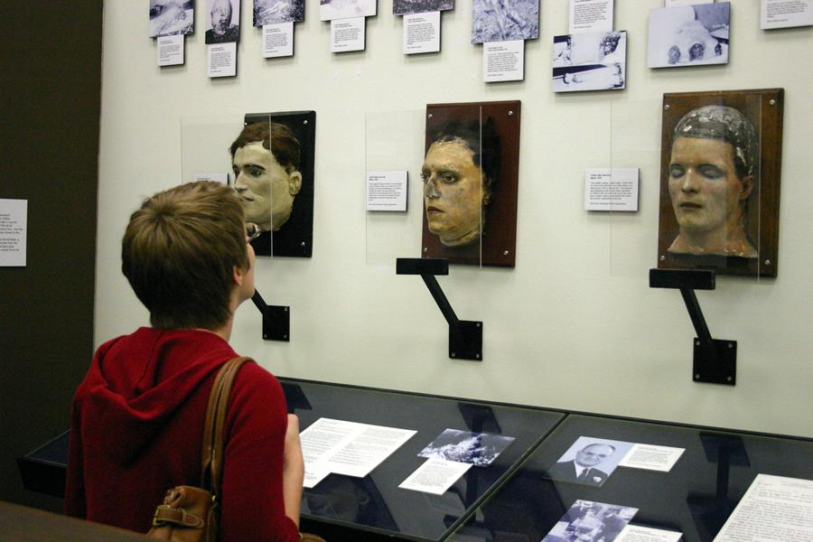 Na foto: Mulher observa documentos do caso do Assassino do Tronco de Cleveland. Créditos: Flickr Dan Coulter.