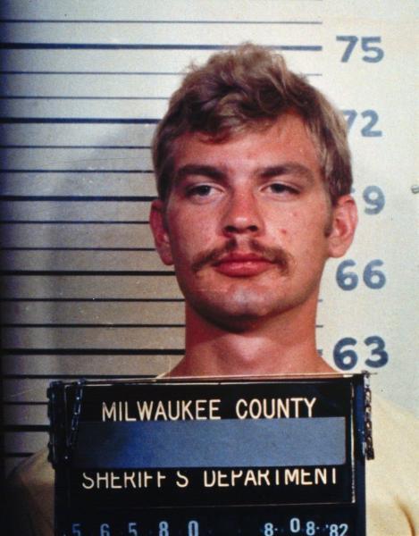 Na foto: Jeffrey Dahmer em foto tirada pela polícia em 8 de Agosto de 1982 após ser preso por abaixar sua calça para um grupo de pessoas em uma feira de Milwaukee.