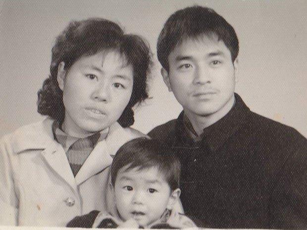 Na Foto: Jun Lin e seus pais, e Daran Lin.