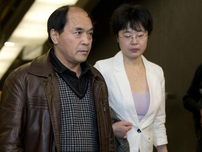 Na Foto: Diran Lin, pai de Jun Lin, chega, ao lado de sua intérprete, no Tribunal para acompanhar audiência preliminar no caso Luka Magnotta. Data: 12 de março de 2013. Créditos: Toronto Sun.