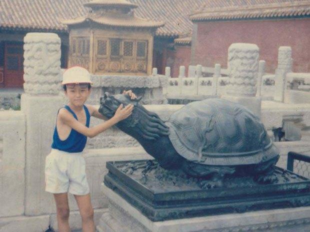 Na Foto: Jun Lin na infância.