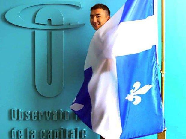 Na Foto: Jun Lin em visita a cidade de Quebec.