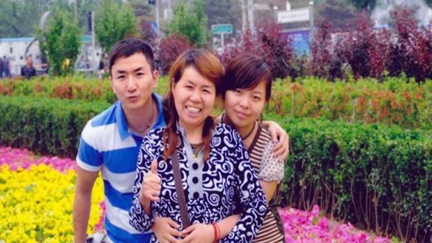 Na Foto: Lin Jun, sua mãe e sua irmã.