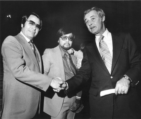 O psicopata Jim Jones apertando a mão do Prefeito de São Francisco George Moscone. Data: 3 de Novembro de 1977. Foto: © CLEM ALBERS/San Francisco Chronicle/San Francisco Chronicle/Corbis.