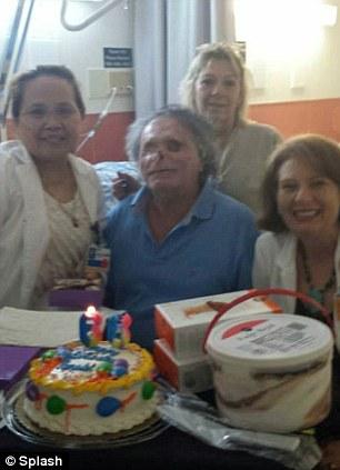 Na Foto: Ronald Poppo no hospital Memorial Jackson durante seu aniversário de 66 anos. Créditos: Splash.