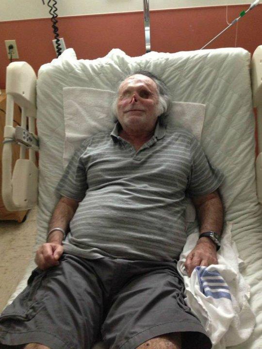 Na Foto: Ronald Poppo repousa sobre uma cama do hospital.