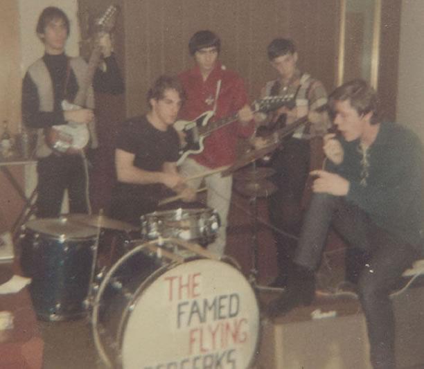 Na Foto: The Famed Flying Berskers. A banda que tocava covers de bandas de rock britânicas. Ronald Poppo empunha sua guitarra atrás do baterista. Créditos: Arquivo Pessoal de