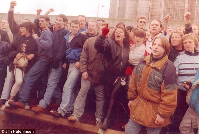 Na Foto: Cidadãos protestam na porta do tribunal durante primeira aparição das crianças assassinas Jon Venables e Robert Thompson. Data: 22 de fevereiro de 1993. Créditos: Jim Hutchinson.