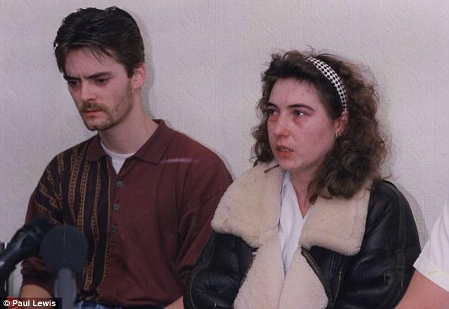 Na Foto: Os pais de James Bulger, Ralph e Denise em 14 de fevereiro de 1994, dia em que o corpo de James Bulger foi encontrado. A morte do filho acabou com o casamento do casal. Créditos: Paul Lewis.