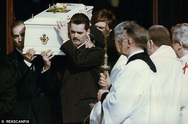 Na Foto: Ralph Bulger carrega o caixão do seu filho James durante seu funeral em março de 1993. Créditos: Rexscanpix.