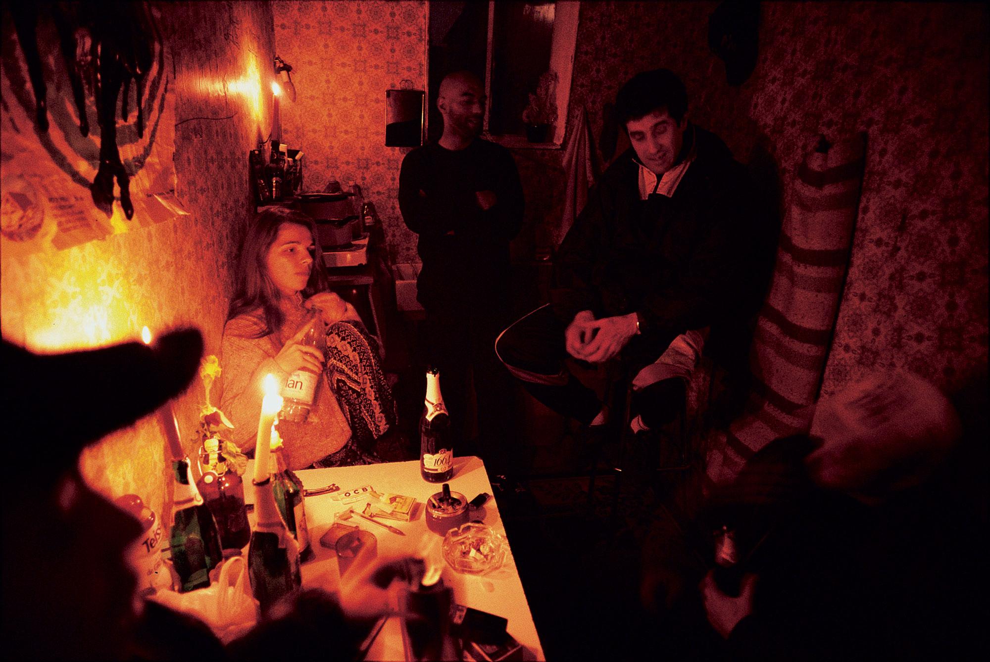 O serial killer ao fundo durante uma noite na ocupação de Saint-Sauveur, em abril de 1995. Foto: Vice.