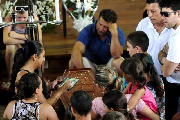 O enterro da família Flores. Ao fundo é possível ver Luiz Carlos Flores (camisa azul).