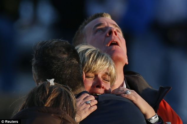 Familiares choram seus mortos. Créditos: Reuters