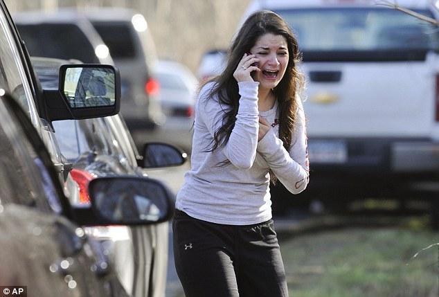 Na Foto: Jilian Soto, irmã da professora Victoria Soto, se desespera ao tentar obter notícias da irmã.