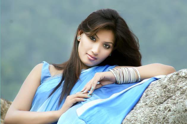 """Na Foto: Meenakshi Thapar. A linda atriz já havia trabalhdo em um filme de terror de Bollywood chamado """"404"""""""
