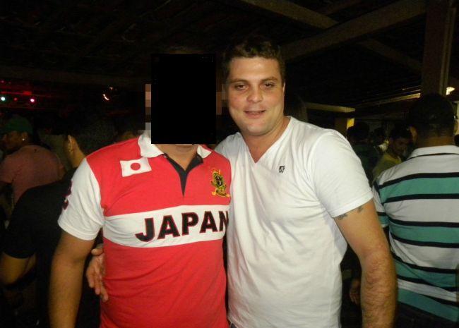 Otávio e um amigo tiram uma foto em uma festa na cidade de Murici, Alagoas. Essa foi foto teria sido tirada após o assassinato de Bárbara, ou seja, mesmo foragido, o psicopata parece frequentar festas. Estaria ele procurando novas vítimas?