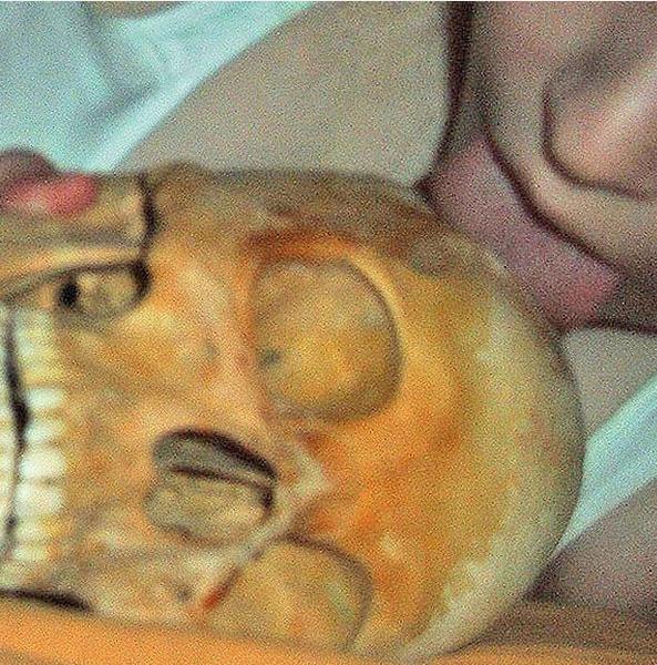 Na Foto: Em uma das inúmerias fotos apreendidas na casa da sueca, ela aparece lambendo um crânio humano.