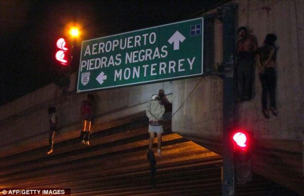 Na Foto: Uma imagem assustadora. 5 dos 9 corpos encontrados pendurados por uma corda em uma ponte