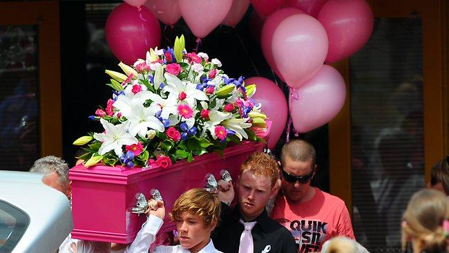 Na Foto: Sarah Cafferkey é enterrada em Melbourne em um caixão rosa, a sua cor preferida.