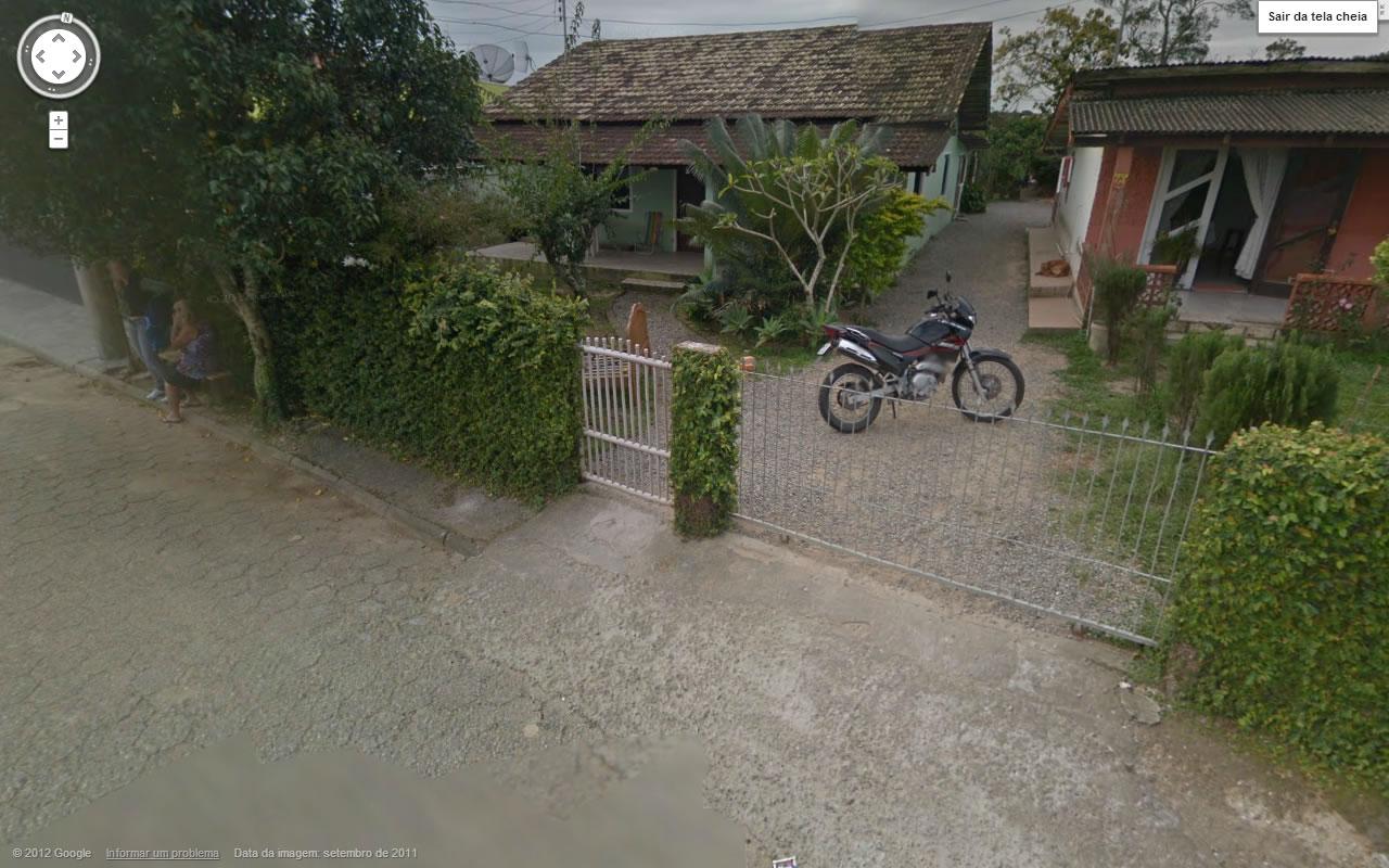 Imagem da casa da família Flores, local do massacre que vitimou