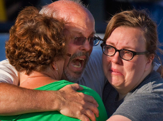 Na Foto: Tom Sullivan, pai de Alex Matthew Sullivan, se desespera ao saber que o filho é um dos 12 mortos do massacre.