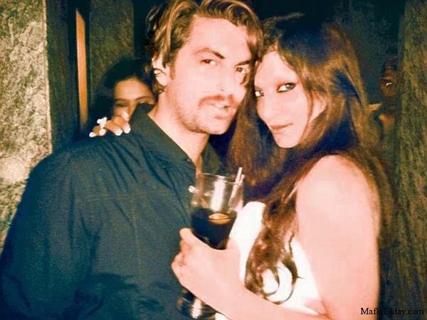 Na Foto: Simran Sood é fotografada na noite de Mumbai com o famoso cantor indiano Nitin Mukesh.